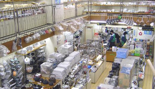 浅草・合羽橋のカジワラキッチンサプライの店舗では、1階から3階までのフロアに所狭しとプロの料理道具・菓子道具を取り揃えています。
